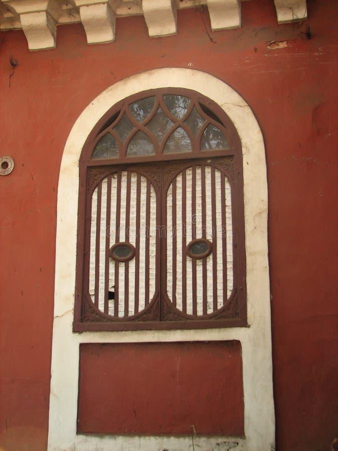 与赤土陶器的老窗口铺磁砖了屋顶 从果阿,印度的建筑细节 免版税库存图片