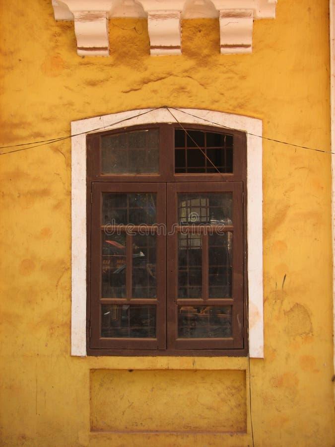 与赤土陶器的老窗口铺磁砖了屋顶 从果阿,印度的建筑细节 图库摄影