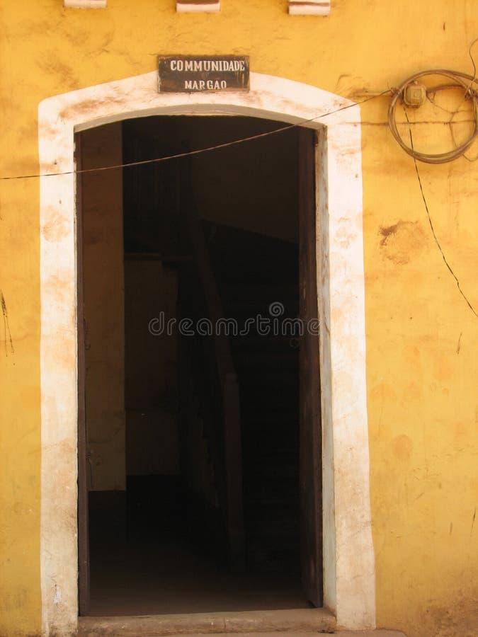 与赤土陶器的老门铺磁砖了屋顶 从果阿,印度的建筑细节 图库摄影