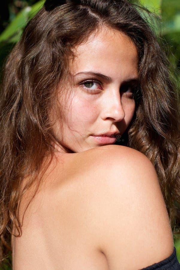与赤裸肩膀的美好的年轻时装模特儿 库存照片