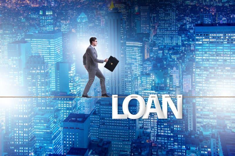 与走在紧的绳索的商人的债务和贷款概念 库存照片