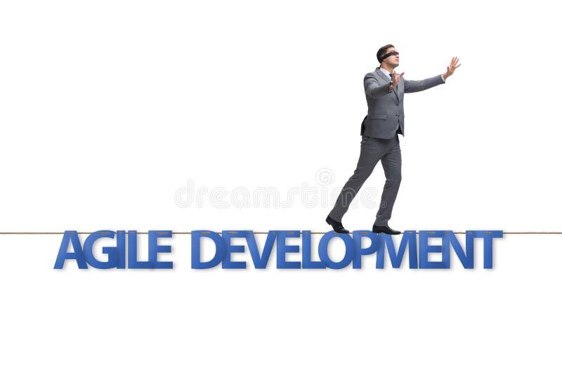 与走在紧的r的商人的敏捷变革概念 库存图片