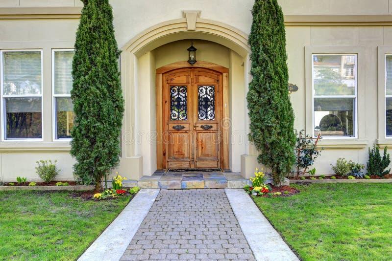 与走道的豪华房子入口门廊 免版税库存照片