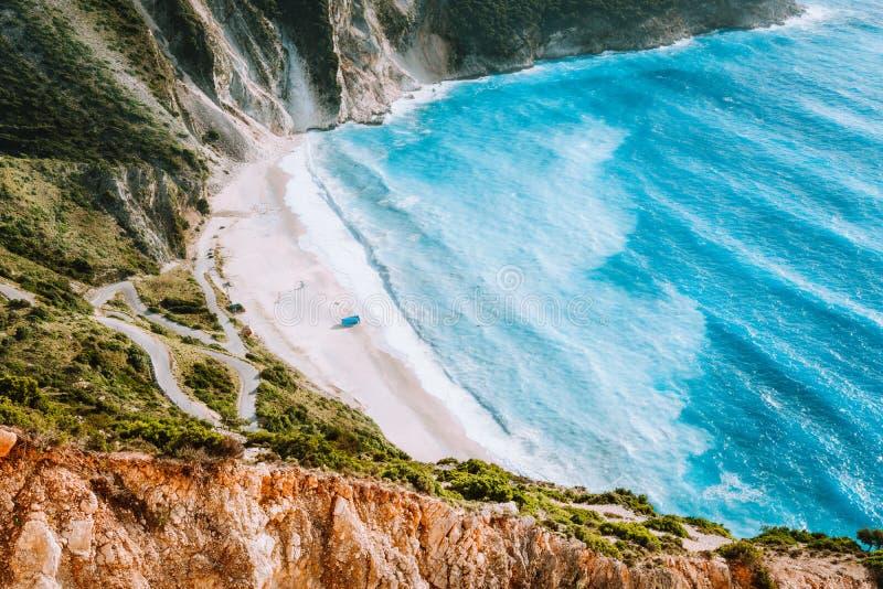 与起伏式波的令人惊讶的Myrtos海滩 美好的海岸线,峭壁围拢了大海,Kefalonia海海湾  免版税图库摄影
