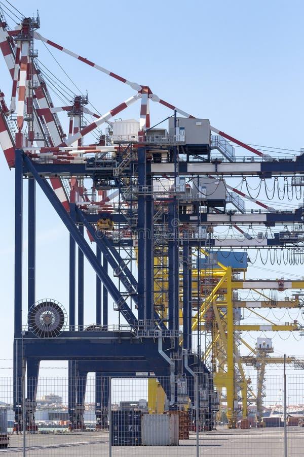 与起重机和容器的港口基础设施 图库摄影
