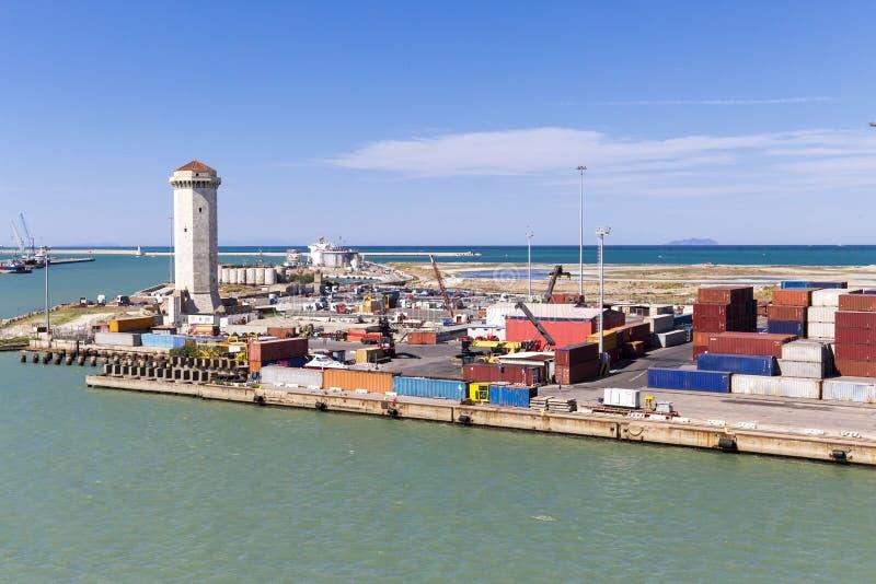 与起重机和容器的港口基础设施 库存照片