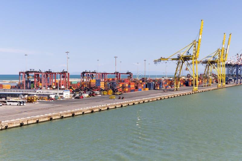 与起重机和容器的港口基础设施 免版税图库摄影