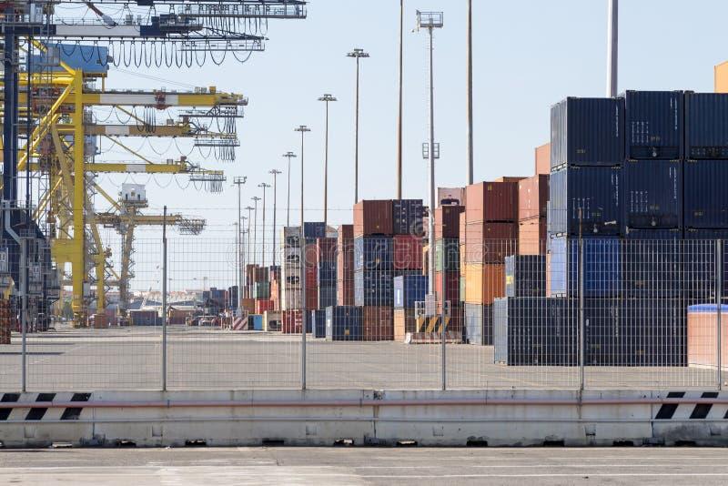 与起重机和容器的港口基础设施 库存图片