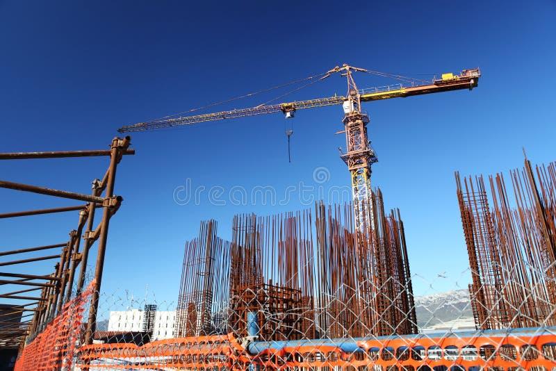与起重机和武装的基础的建设中站点大厦 库存照片