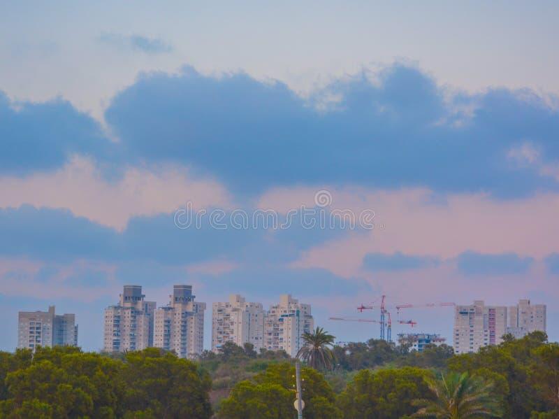 与起重机的亚实基伦以色列地平线 图库摄影