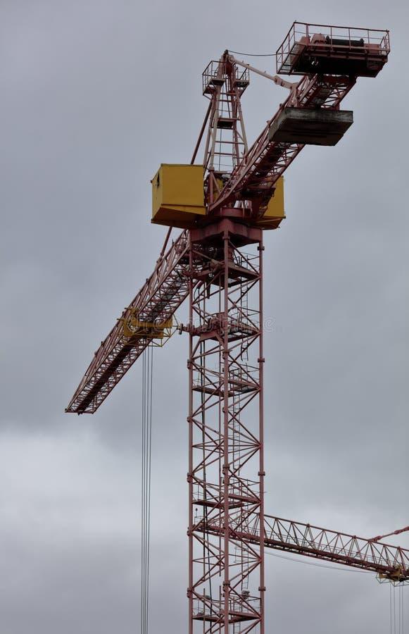 与起重机的大厦 免版税图库摄影