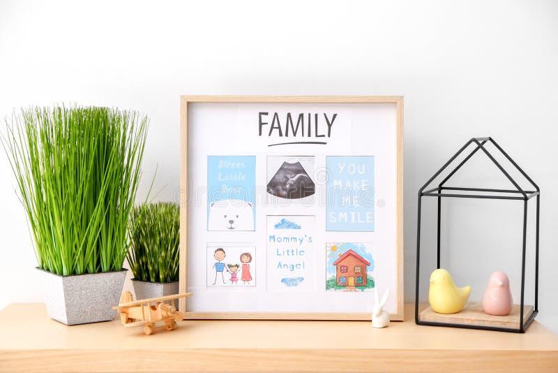 与超声波照片的框架和甜蜜从母亲到在桌上的婴孩 库存照片