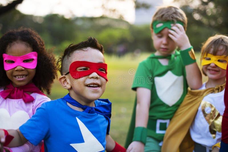 与超级大国的超级英雄孩子 库存照片