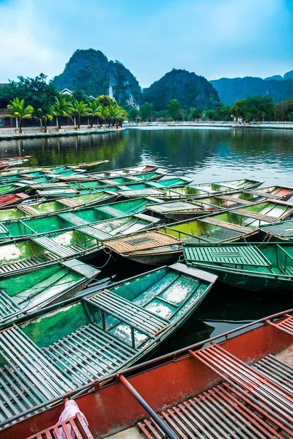 与越南小船的惊人的早晨视图在河, Tam Coc, Ninh Binh,越南旅行风景和目的地 免版税库存照片
