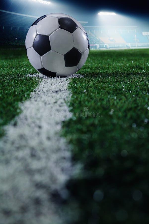 与足球和线,侧视图的足球场 免版税图库摄影