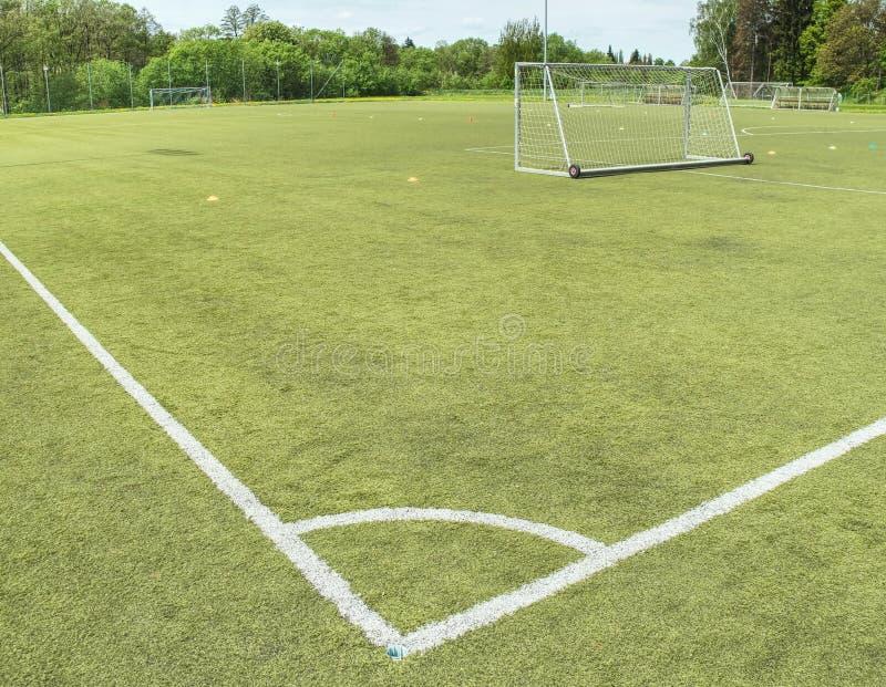 与足球场白色条纹的人为绿草  在绿草的空白线路 库存照片