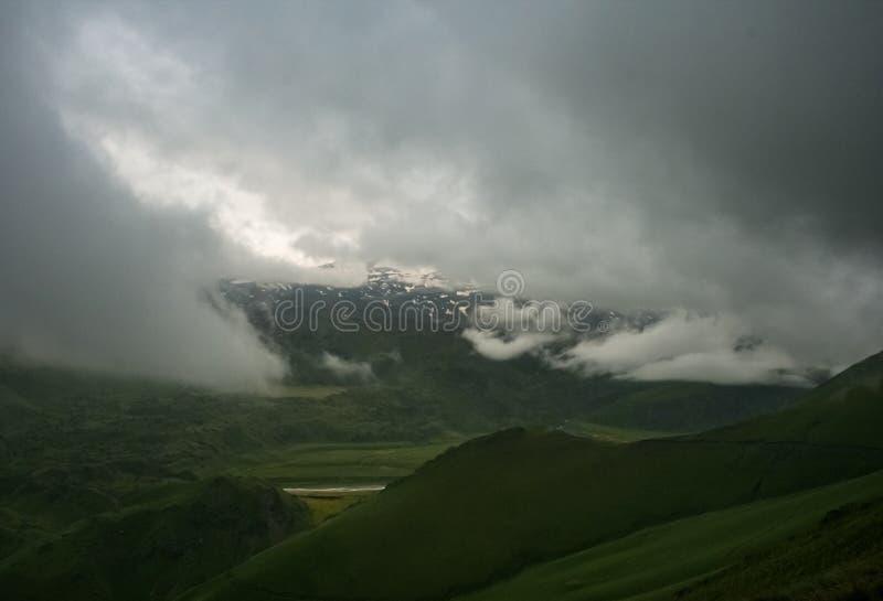 与足迹和绿色草甸和森林, Dolom的山风景 免版税库存图片