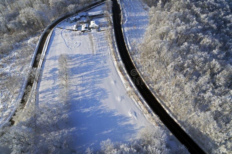 与路和森林的寄生虫视图在冬天 库存图片
