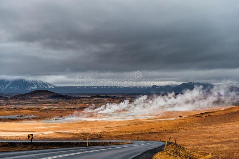 与路和热的烟的冰岛风景从地面 库存图片