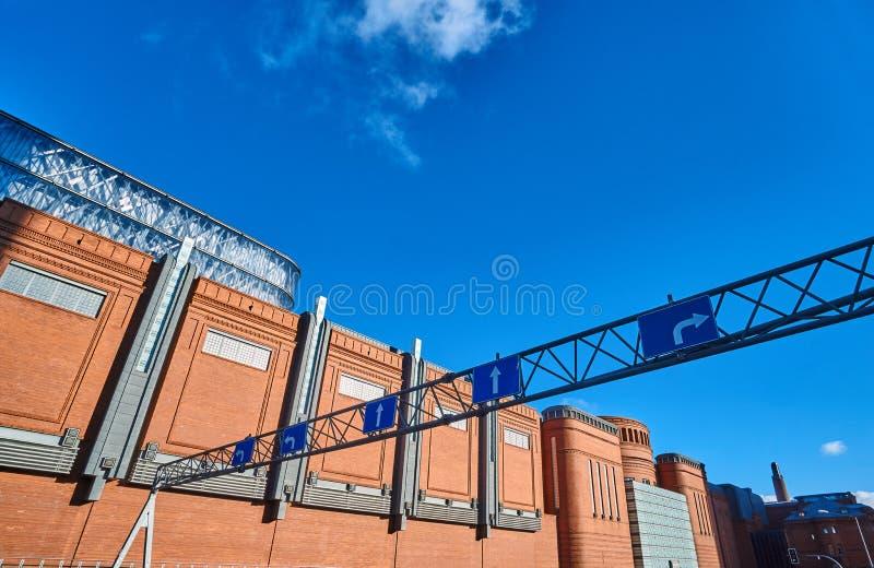 与路标和砖墙的金属结构 免版税库存照片