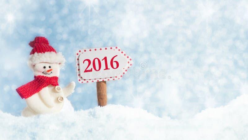 与路标的雪人2016年 免版税库存图片