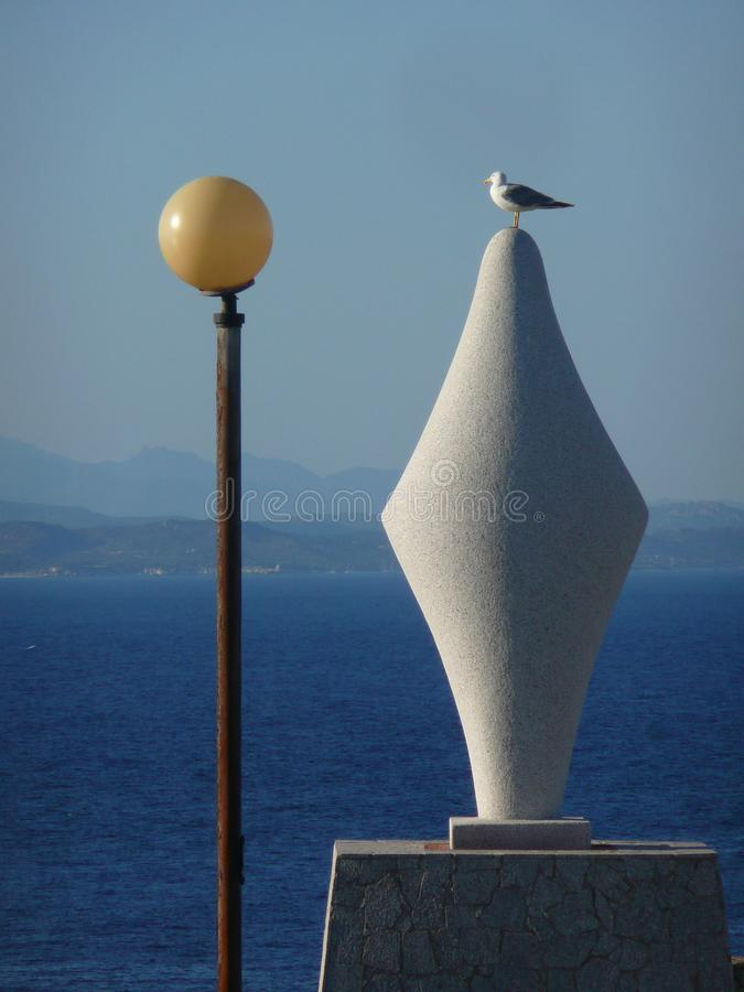 与路灯柱和海鸥的几何雕塑 免版税库存图片