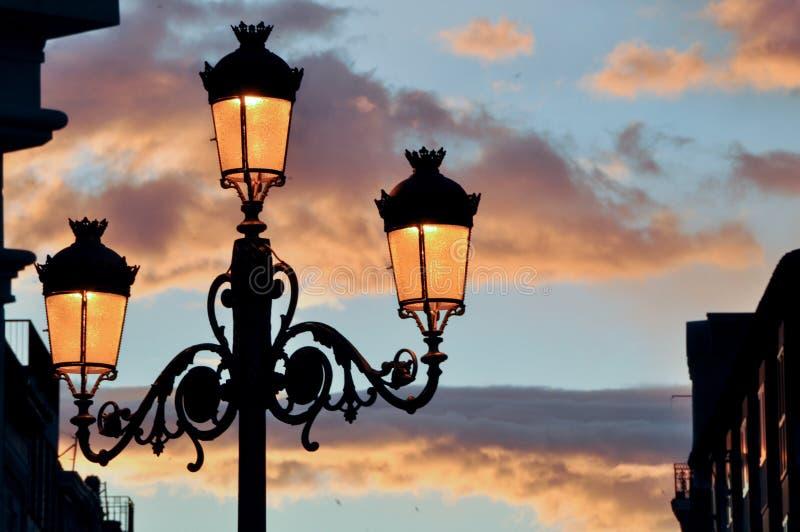 与路灯柱的日落 库存图片