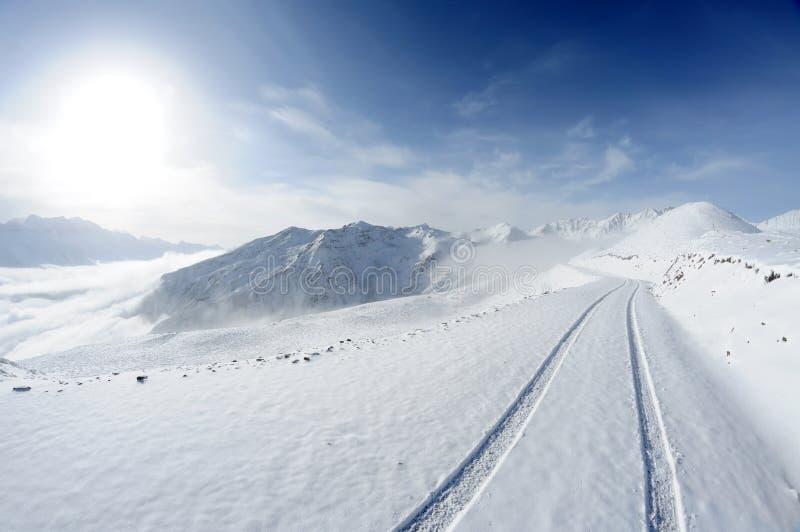 与路的雪山 库存图片