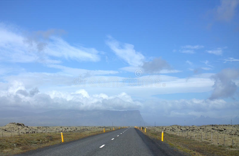 与路的Southerm冰岛风景 库存照片