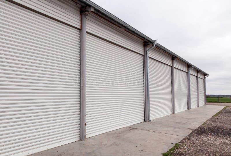 与路辗的存储单元在工业区关闭门 免版税图库摄影