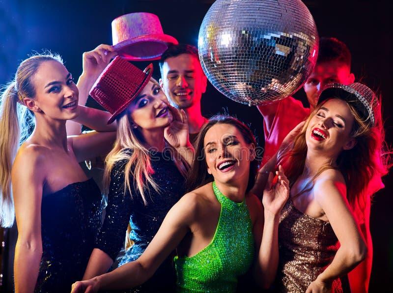 与跳舞小组的人和迪斯科球的舞会 免版税库存图片