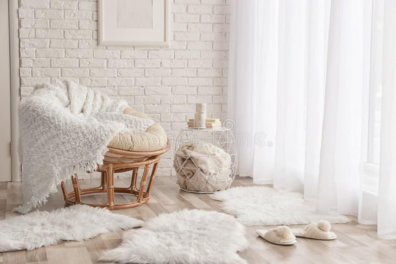 与躺椅的现代室内部 库存图片