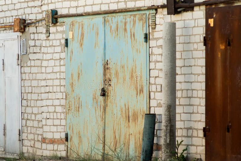 与车库合作社的金属门的砖车库 库存图片