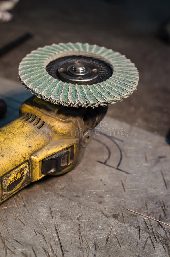 与转台式刀片的角度研磨机铝表面上 图库摄影