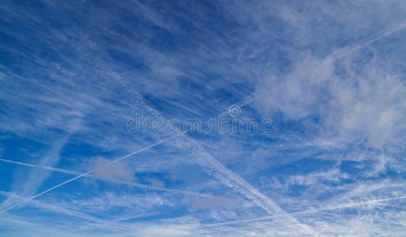 与转换轨迹和云彩的天空蔚蓝 库存照片
