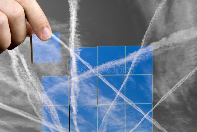 与转换轨迹的难题在天空 免版税图库摄影