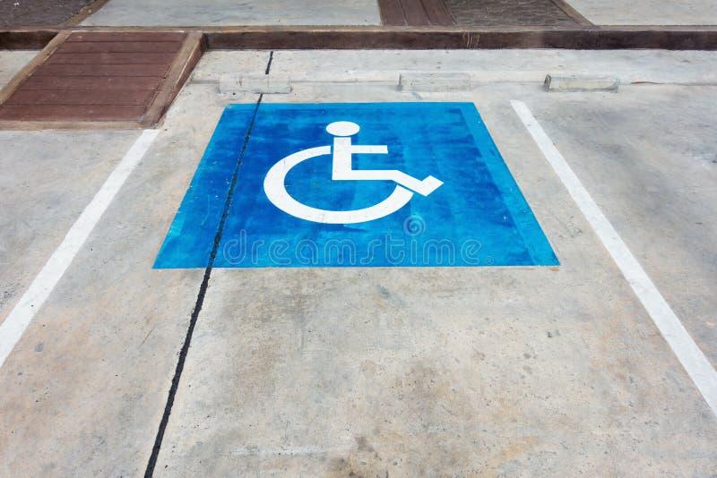 与轮椅标志的空的有残障的后备的停车位 免版税库存照片