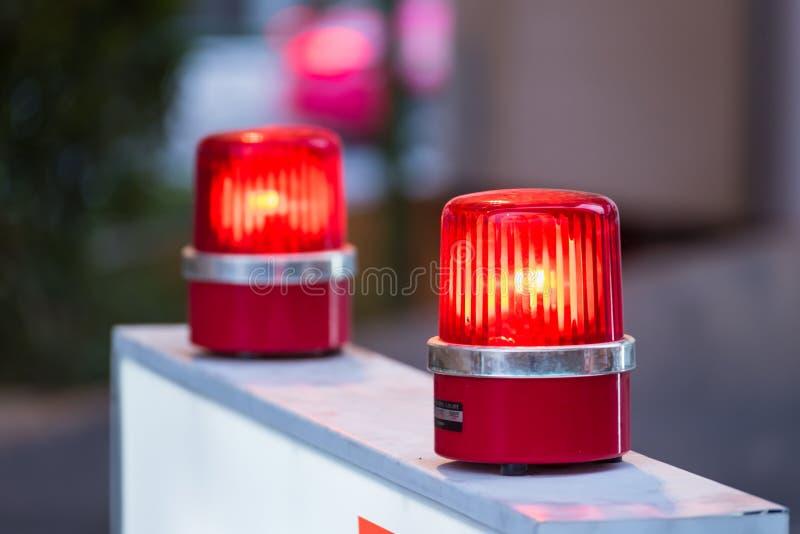 与软焦点的警报器红灯在背景中 免版税库存图片