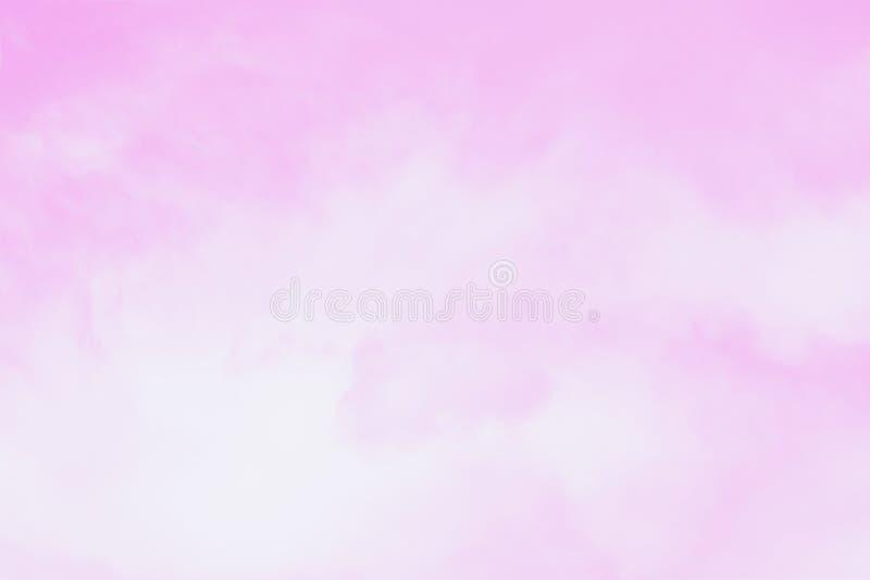 与软的卷积云的浅粉红色的天空 美好的天空背景 免版税库存照片