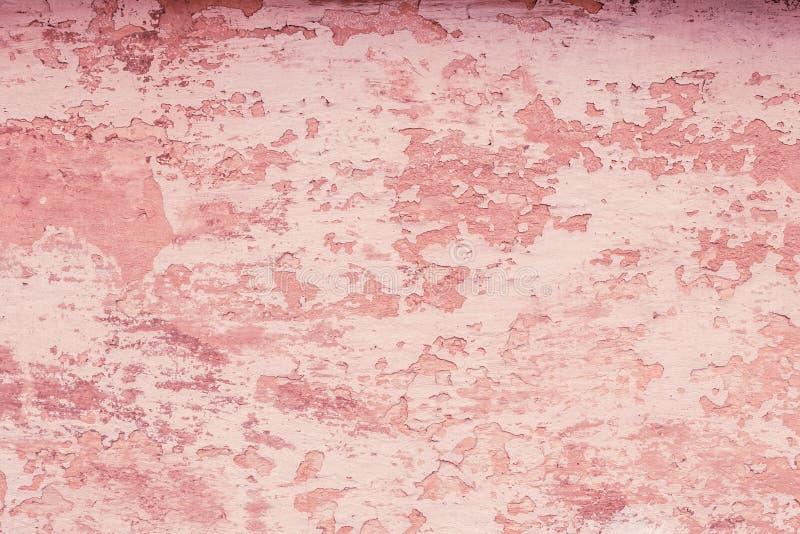 与软的桃红色纹理破裂的灰泥的减速火箭的样式 空白具体红色墙壁纹理背景 条款背景装饰内部小的种类白色 外部det 库存照片