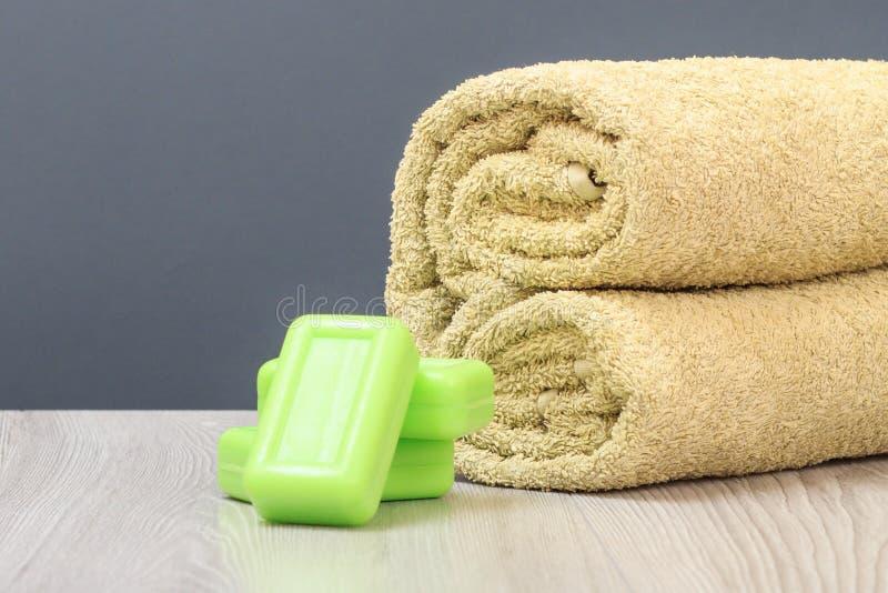 与软的特里毛巾和肥皂的温泉构成在木板 免版税图库摄影