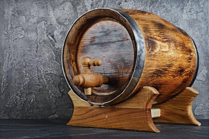 与轻拍的葡萄酒木桶在黑暗的地窖里 免版税图库摄影