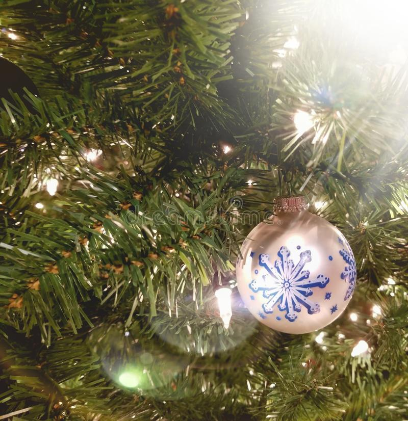 与轻的强光的圣诞节装饰品 库存照片