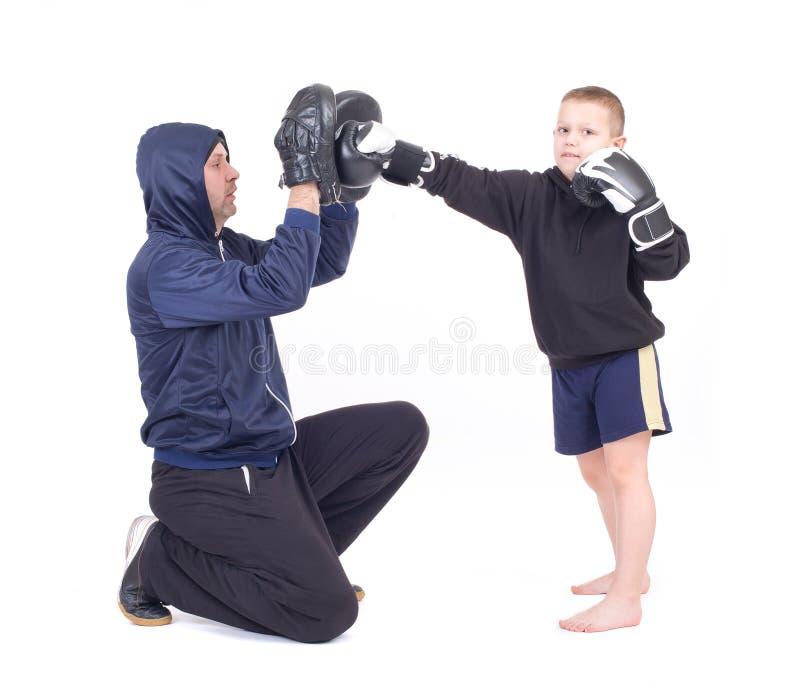 与辅导员的Kickboxing孩子 免版税库存照片