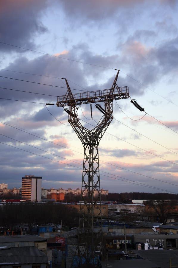 与输电线的冬天风景 库存照片