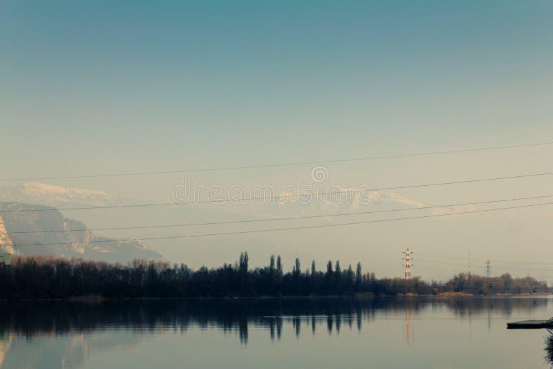 与输电线的美好的自然 免版税库存图片