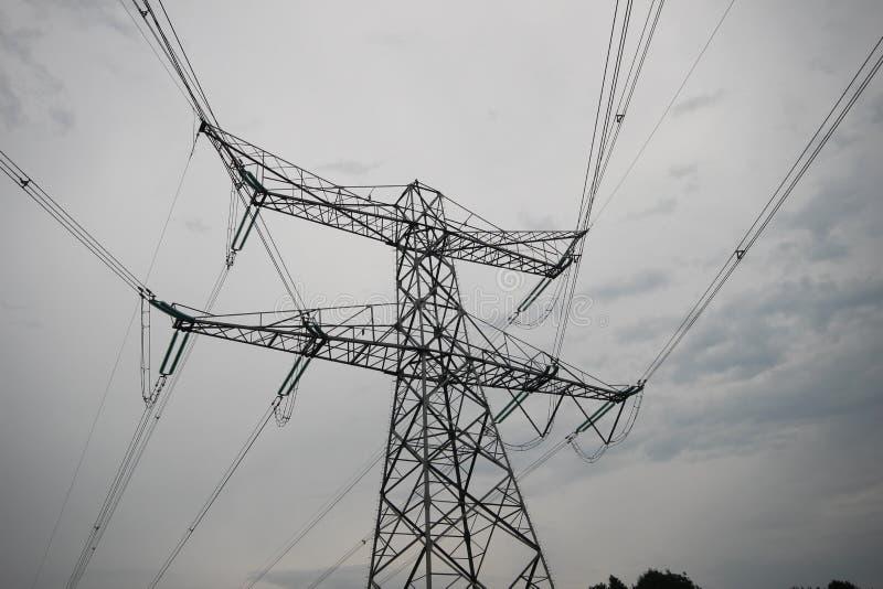 与输电线的钢塔电的在荷兰,一部分的380Kv在存在的运输系统 库存图片