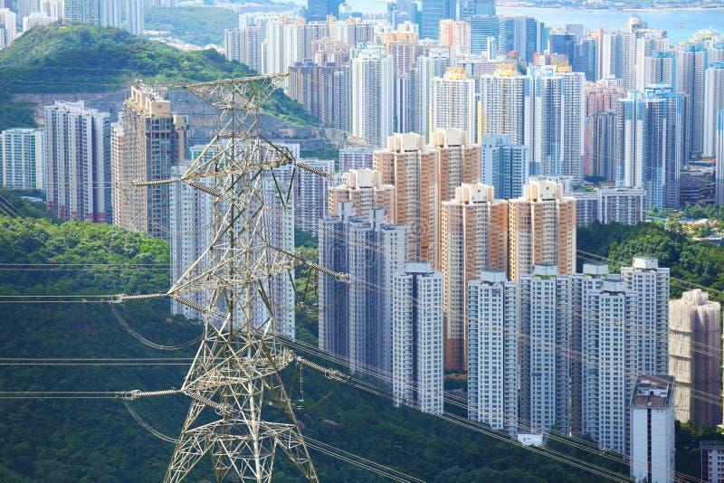 与输电线的Residentail大厦 免版税库存图片