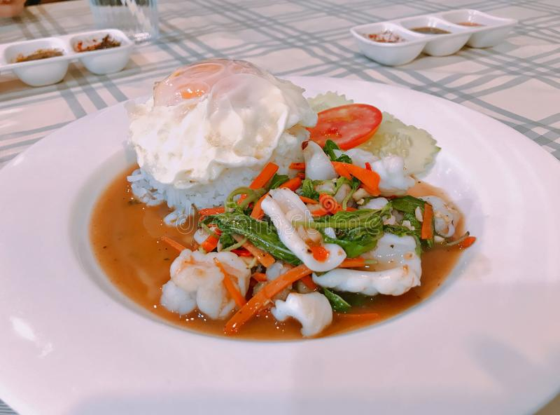 与辣混乱的米油煎了海鲜和蓬蒿叶子 免版税库存照片