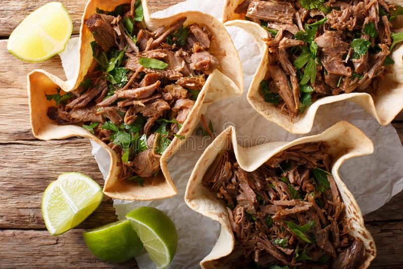 与辣被拉扯的牛肉特写镜头的墨西哥barbacoa炸玉米饼 horizont 免版税库存图片